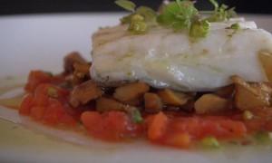 Video – Receta: Bacalao confitado con Rosiñol, Tomate y Aceite de Pistacho