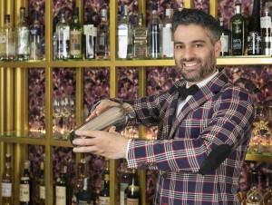 El bartender Diego Cabrera en plena acción