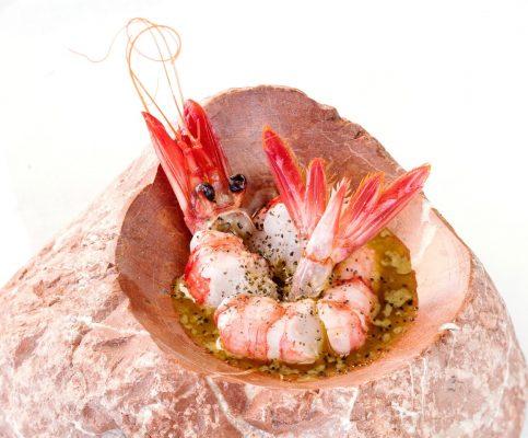 Gamba roja con su coral en aceite de azafrán y sal de caviar