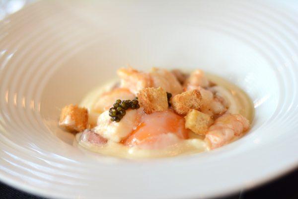 Yema de huevo con cigalas, tuétano, caviar Imperial y puré de coliflor