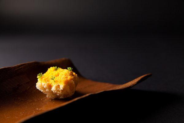 Biscuit de Tapioca y Botarga. Foto: Rubens Kato