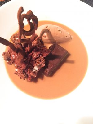 Cremoso y mousse de chocolate con sopa de avellanas
