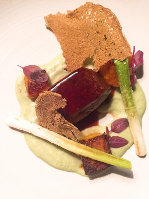 Lomo de ciervo con calabaza asada y crema de cebolleta y mostaza verde