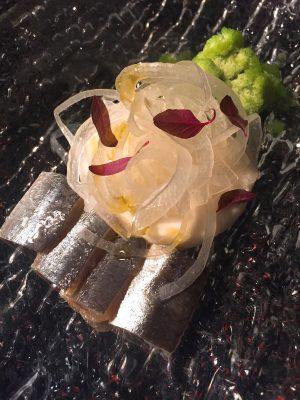 Sardinas ahumadas con crema de queso curado y cebolleta helada