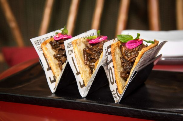 Pan de cristal served like a taco with braised oxtail and pickled onions. Foto: J by José Andrés