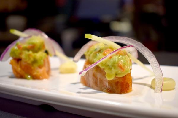 Tataki de salmón con falso ceviche de aguacate y lima
