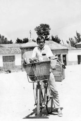 Jesús López repartiendo pan en su bicicleta