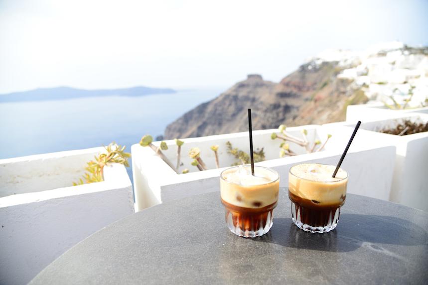 Los griegos desayunan un café frío junto a un dulce