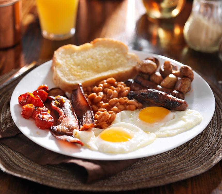 El clásica desayuno inglés se acompaña de alubias y huevo frito
