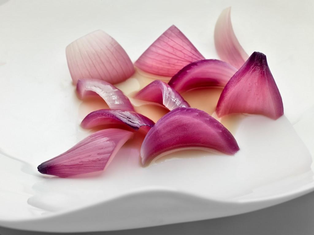 Cebolla roja asada y caldo de lentejas verdinas. Un plato de Josean Alija.