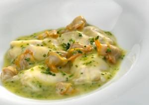 Kokotxas de bacalao con berberechos al txakoli y cebollino