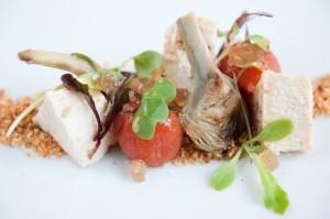 Ensalada de Pularda en Escabeche, con Alcachofas, Tomates y Arenas de Parmesano