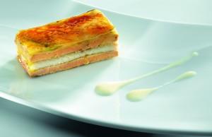Milhojas Caramelizado de Foie Gras, Anguila Ahumada, Cebolleta Fresca y Manzana Ácida