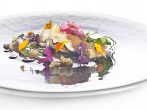 Ostra con Caviar cítrico y Escabeche de Flores