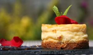 Pastel de queso con mermelada de pétalos de rosa