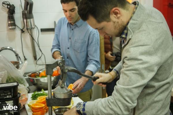 Adam Ziv (detrás) y Manu Balanzino elaborando un sorbete