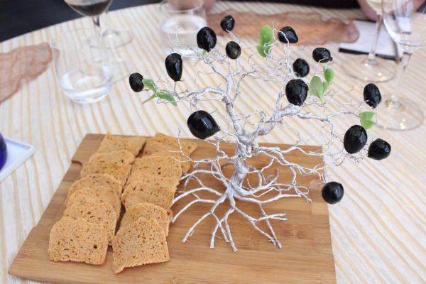 Aceitunas negras en el árbol
