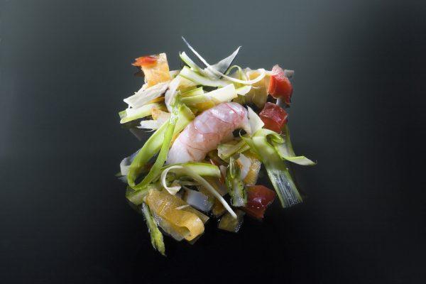 Cigala semicruda con vegetales marinados