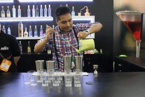 Marcel Huamán elaborando un cóctel de pisco peruano y aguacate peruano