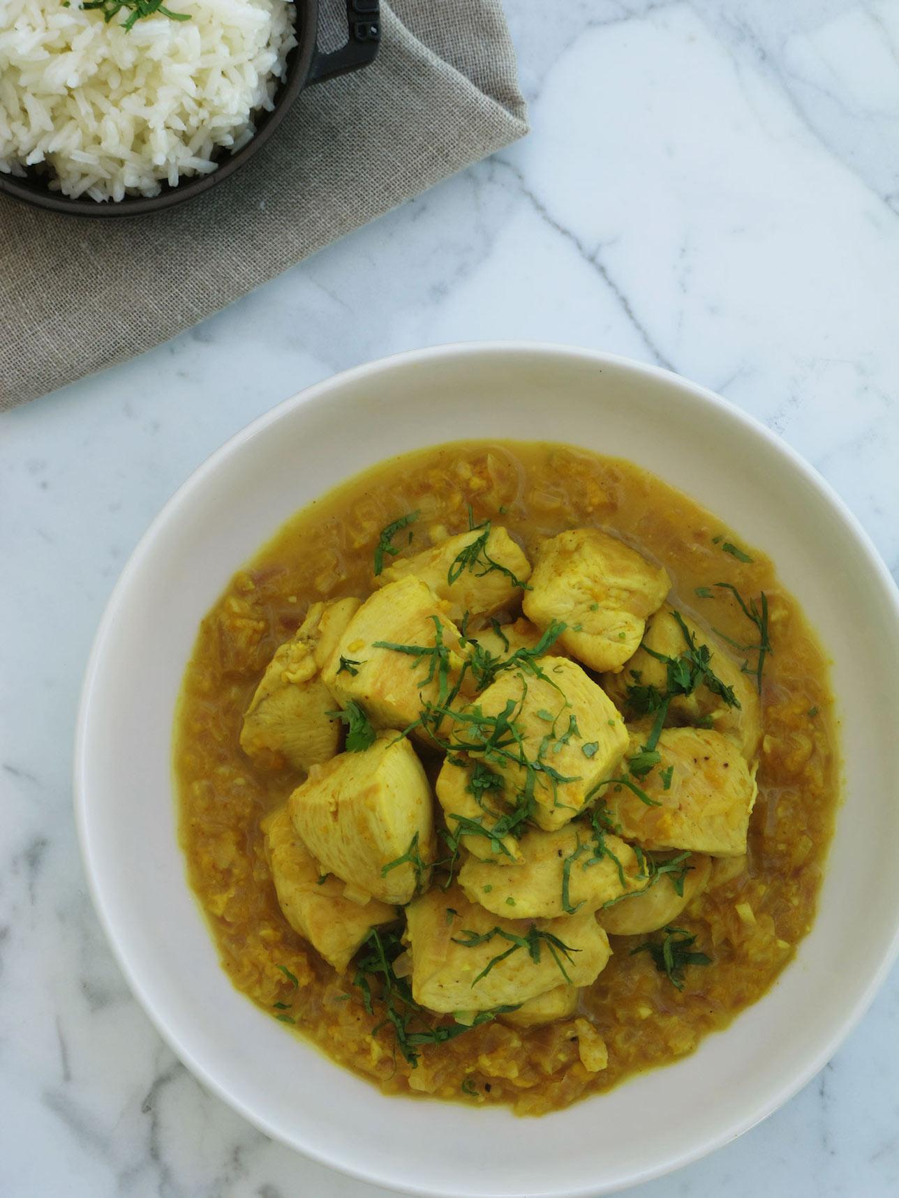 Pollo con yogurt y curry