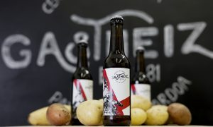 Dos estudiantes crean la primera cerveza de patata
