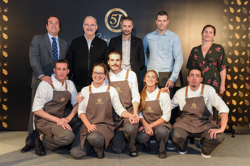La ganadora (fila de abajo, segunda de la izquierda) junto con los finalistas, jurado y el chef Pedro Subijana.