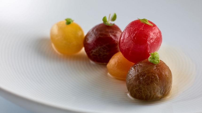 Tomates, hierbas aromáticas y fondo de alcaparras