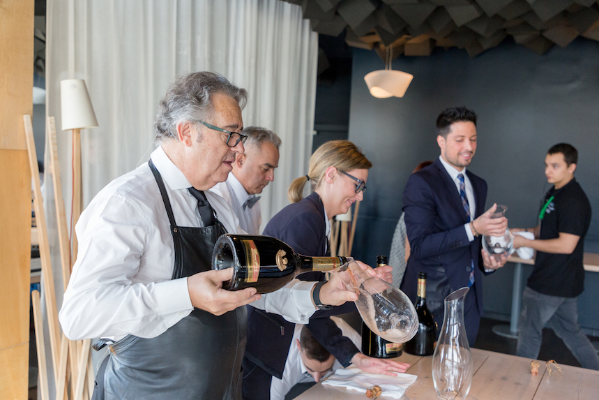 Juan Muñoz trasvasando un champagne a un decantador Riedel