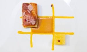 Cochinillo con chutney de melocotón y manzana de José Carlos García