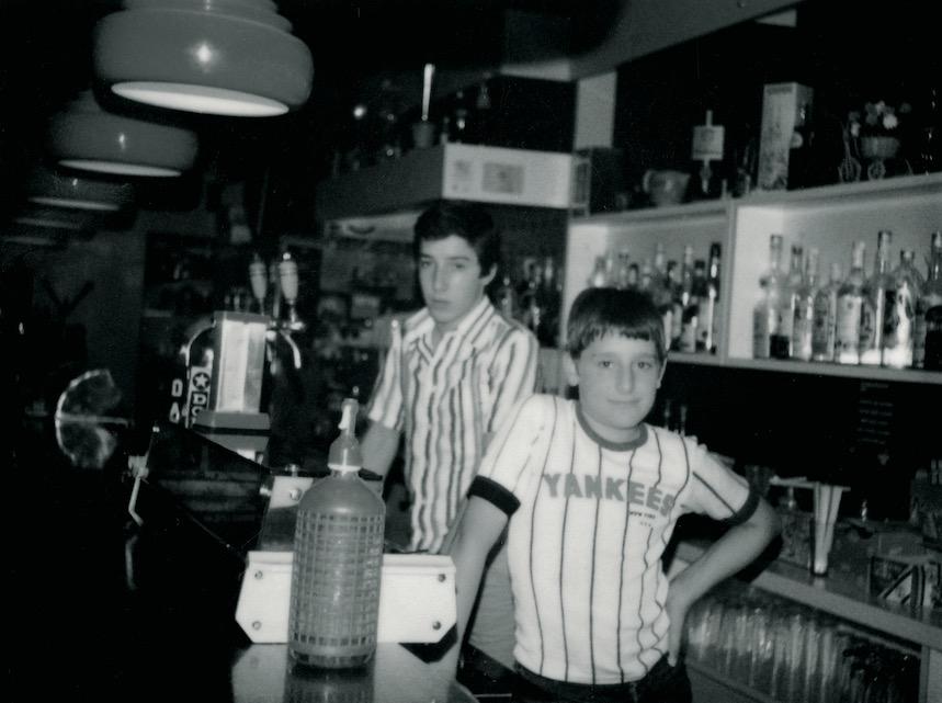 Joan y Josep Roca en el bar de sus padres