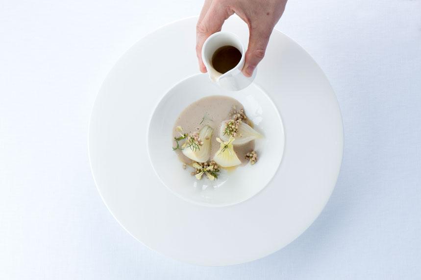 Cebolla tierna, caldo de manitas y raíz de regaliz.