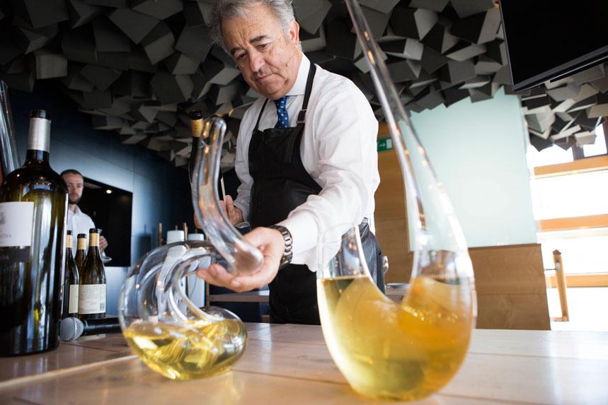 Juan Muñoz decantando vinos blancos